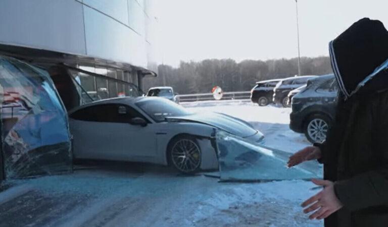 Sbaglia pedale e fa schiantare una Porsche Taycan in un concessionario: ma in realtà è una trovata di uno youtuber per fare views