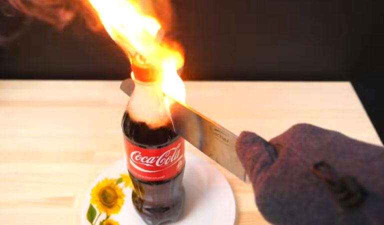 Taglia una bottiglia di Coca Cola con un coltello a 1000 Cº