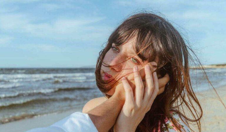 Donne che si riprendono presto da una delusione d'amore, scopriamo i loro segni