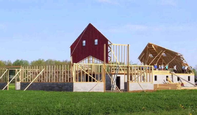 50 Amish costruiscono un fienile in solo una giornata