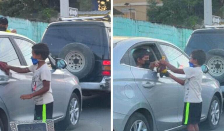 Il bimbo ha dato il suo giocattolo al bambino che puliva i finestrini dei veicoli. Hanno giocato insieme come amici