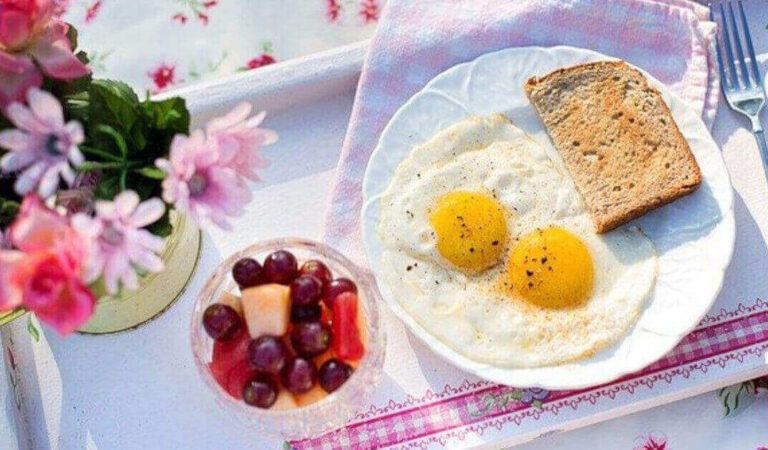È sicuro mangiare uova con piccole macchie di sangue?