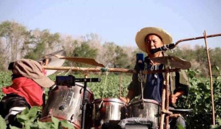 Il video del coltivatore di cotone che unisce il suo lavoro alla passione per la batteria