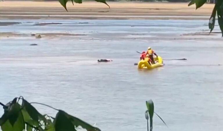 VIDEO: Pensavano fosse morto, ma l'uomo stava solo facendo un pisolino nel fiume