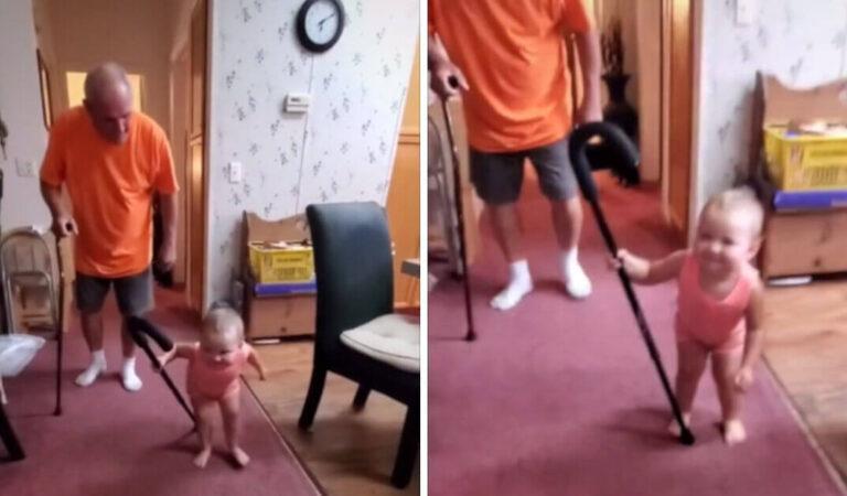 Bambino imita il nonno che cammina con un bastone