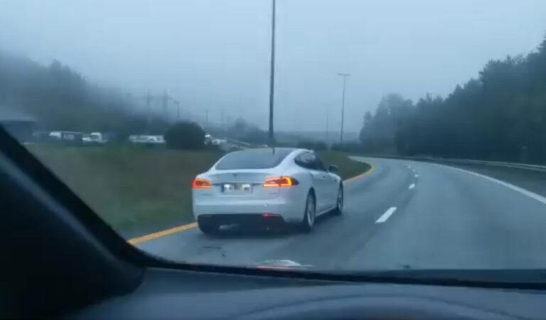 Il pilota automatico di una Tesla salva la vita ad un ubriaco che si è addormentato al volante