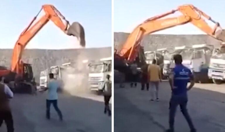 Un uomo arrabbiato distrugge diversi camion con la pala di un escavatore per protestare per non aver ricevuto il suo stipendio (VIDEO)