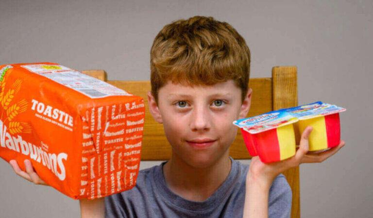 """Un ragazzo di 12 anni con una """"fobia alimentare"""" è sopravvissuto un decennio mangiando pane bianco e yogurt"""