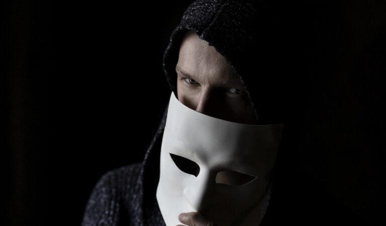 4 Caratteristiche per riconoscere una persona falsa