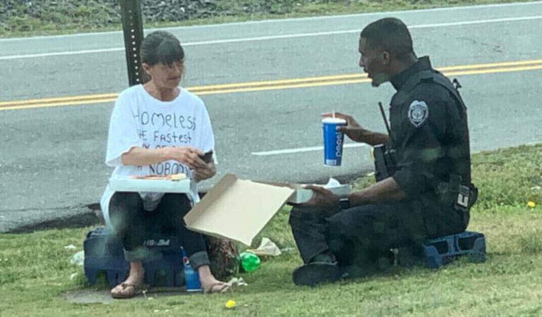 Poliziotto compra una pizza e la condivide con una senzatetto, la foto fa il giro del mondo