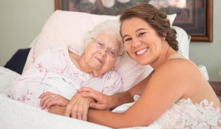 La sposa fa un servizio fotografico con la nonna che non puo' alzarsi dal letto d'ospedale