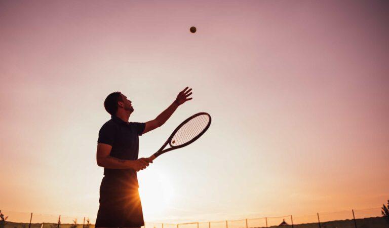 Gli uomini che adorano giocare a tennis, ecco i loro segni zodiacali. Sono 3