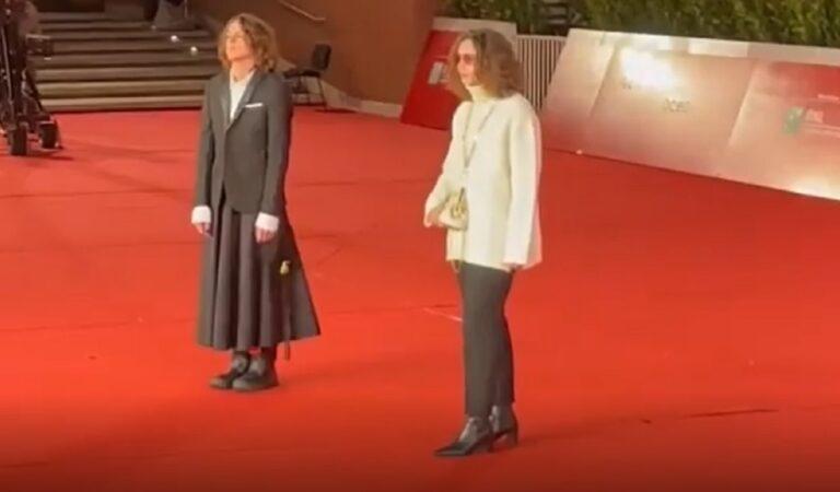 Sangiovanni si è presentato sul red carpet del Festival del cinema di Roma con una gonna: sapete quanto costa?