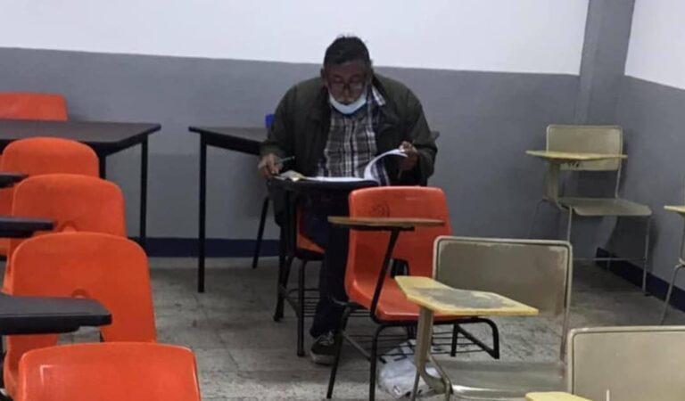 Anziano realizza il suo sogno e si iscrive all'università, la prima foto in classe fa il giro del mondo
